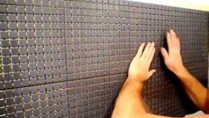 Укладка листовой мозаичной плитки на стену